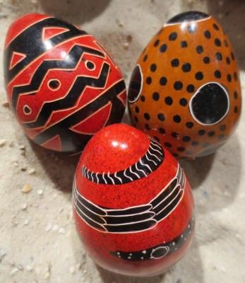 Von Hand bunt bemalte Specksteineier aus Kenia im Weltladen Soltau