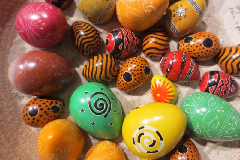 Zu Ostern im Weltladen Soltau: Kisii-Specksteineier aus Kenia