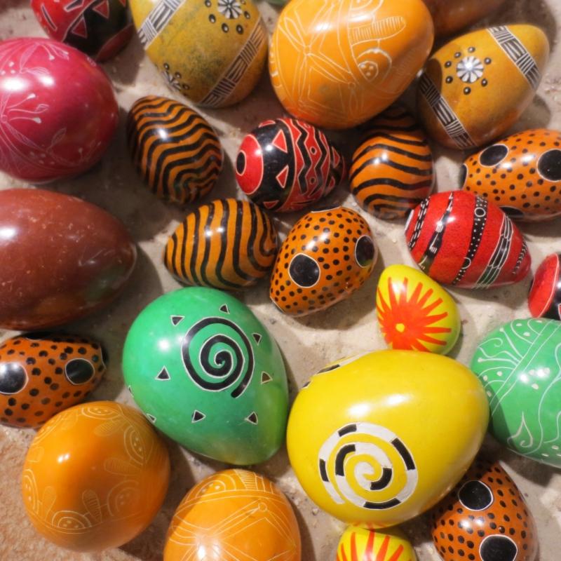 Kisii-Speckstein-Eier: farbenfroh und kunstvoll verziert