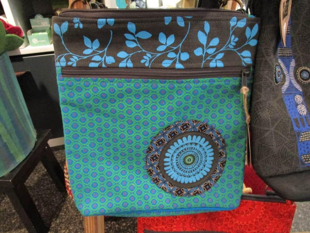 Triple-Zipper-Handtasche von Trusted Crafts im Weltladen Soltau